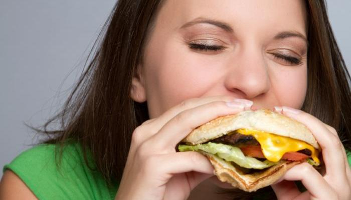 woman-eating-cheeseburger
