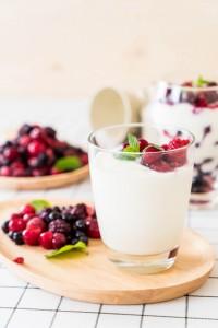 yogurt-with-mixed-berries_1339-7892